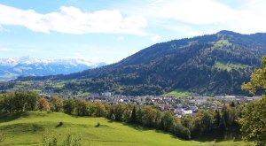 Blick auf Immenstadt von oben, Aussichtspunkt Grählweg, Mittag im Hintergrund, © Alpsee Immenstadt Tourismus GmbH