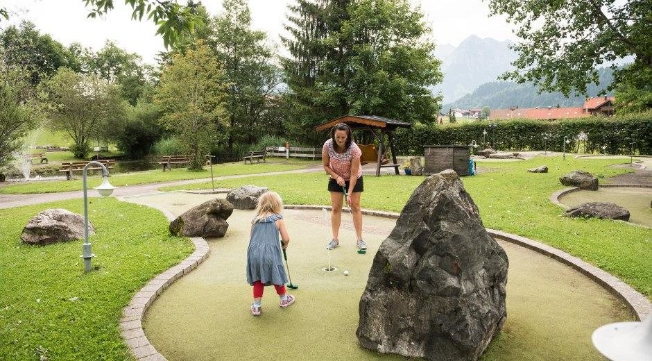 Spaßiges Minigolf spielen in Obermaiselstein © Tourismus Hörnerdörfer, F. Kjer