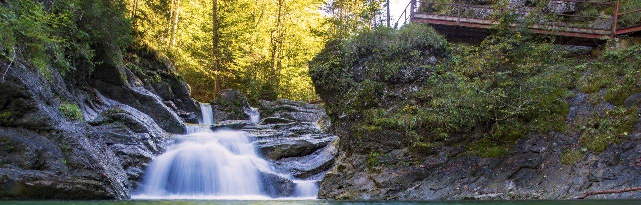 Romantischer Wasserfall eines Baches in einer allgäuer Klamm © Dominic Ultes