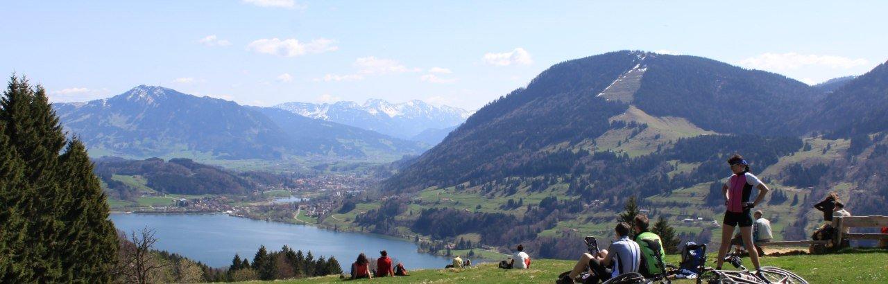 Radler und Wanderer mit Blick auf den Alpsee © Tourismusbüro Missen-Wilhams