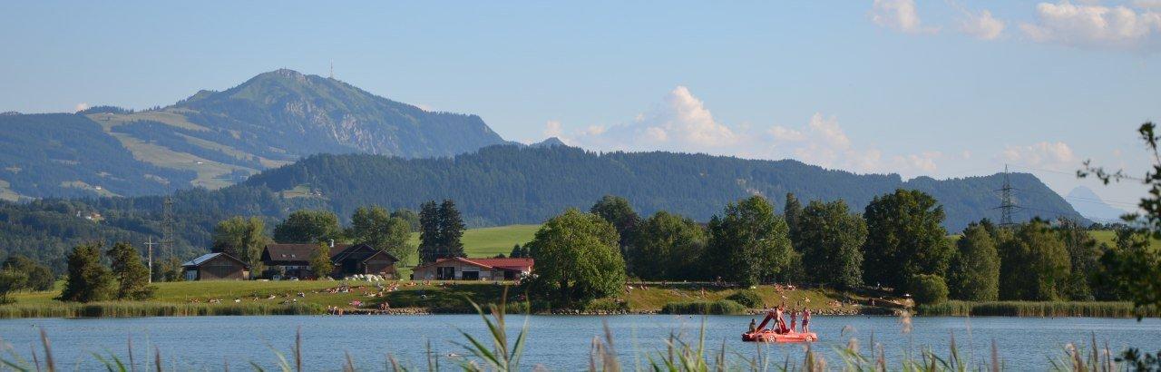 Badespaß am Sulzberger See mit Blick auf den Grünten © Markt Sulzberg