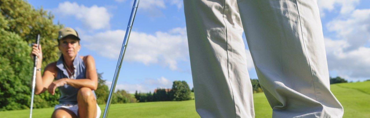 Golfspielen im Oberallgäu. Putten mit Beobachtung © Alexander Rochau
