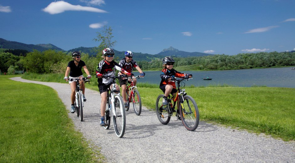 Familie auf Radtour am Grüntensee in Wertach © Touristinfo Wertach/Peter Ehme