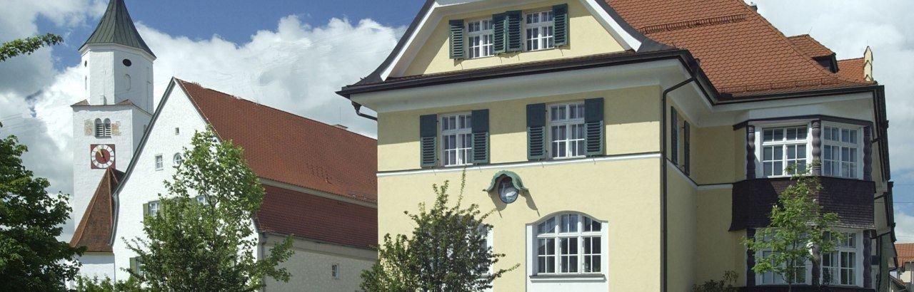 Kirche und Rathaus im Hauptort Dietmannsried © Markt Dietmannsried / Werner Heider