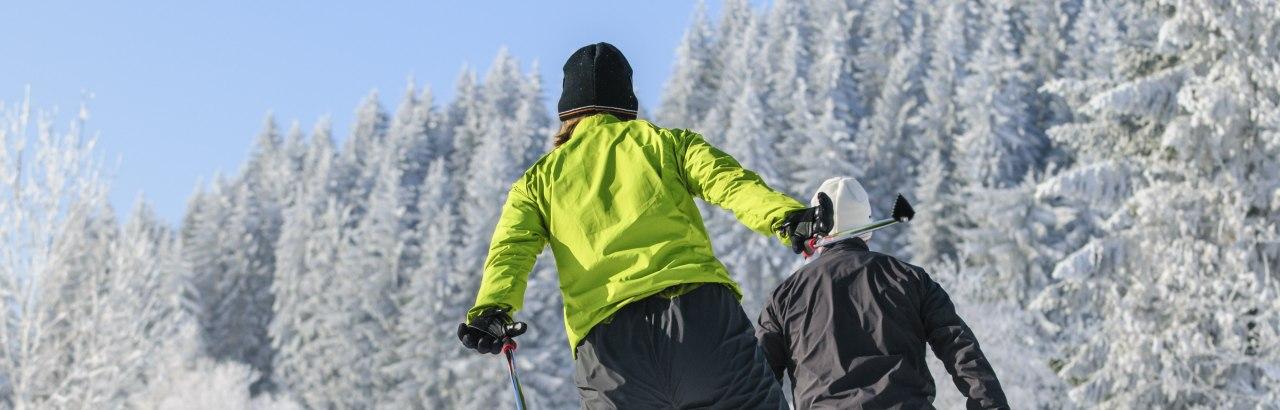Zwei Langläufer Skaten in den Loipen im Oberallgäu © Alexander Rochau