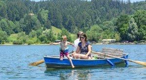 Familie verbringt im Sommer Zeit mit dem Boot auf dem See und beim Baden, © Alexander Rochau