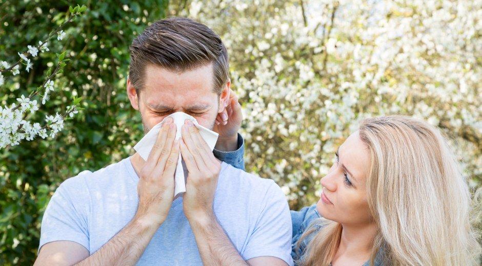 Mann mit Heuschnupfen hat seine Frau dabei © mkrberlin - fotolia.com