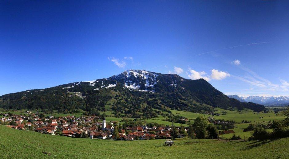 Rettenberg am Fuße des Grüntens mit Blick ins Illertal © Christian Bischoff