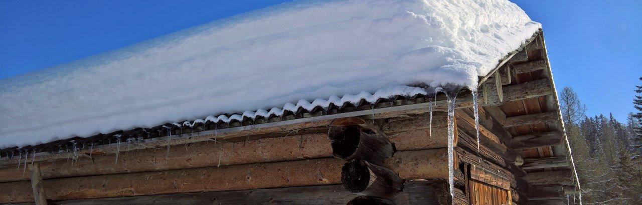 Schneebedeckte Hütte