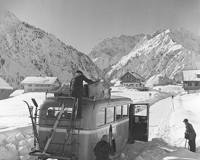 Postbus mit Leuten 1940 © Lala Aufsberg, Archiv Heimatbund Allgäu e.V.