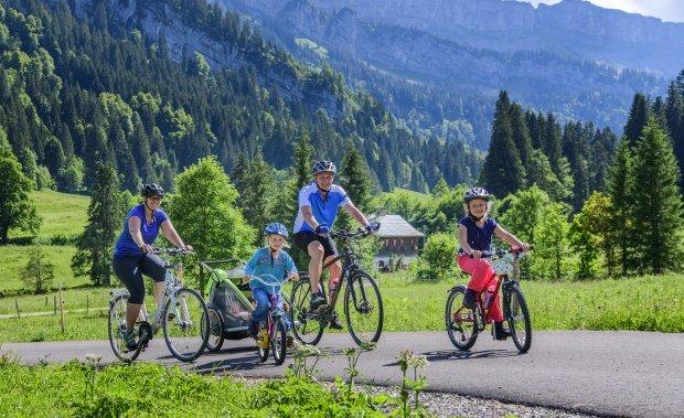 Radfahrer unterwegs auf einer Tour im Rohrmoos im Oberallgäu © Alexander Rochau