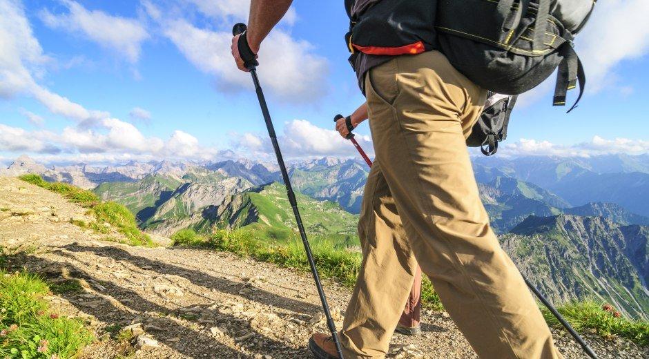 Wanderer auf hohen Bergpfaden in den Allgäuer Alpen unterwegs bei schönstem Frühjahrswetter © Alexander Rochau
