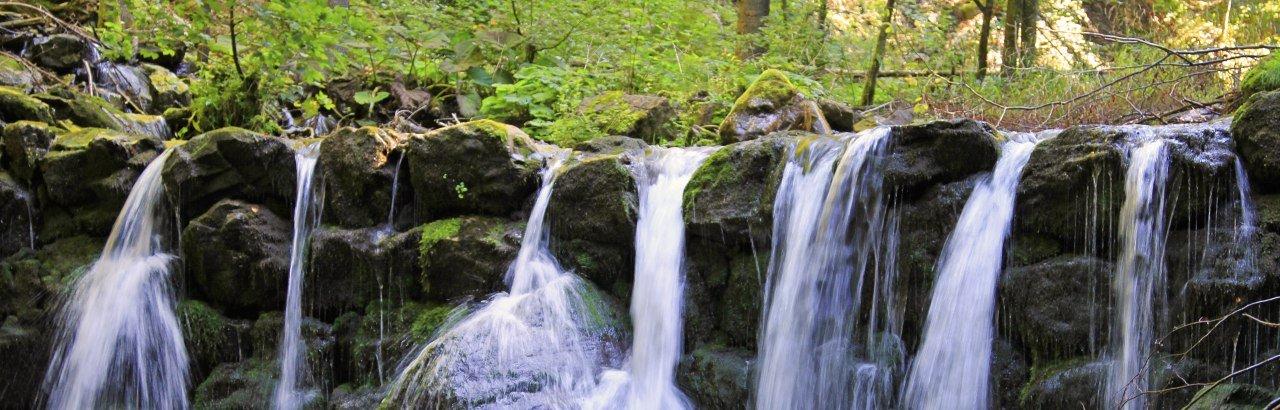 Kleiner idyllischer Wasserfall eine oberallgäuer Baches © Dominic Ultes