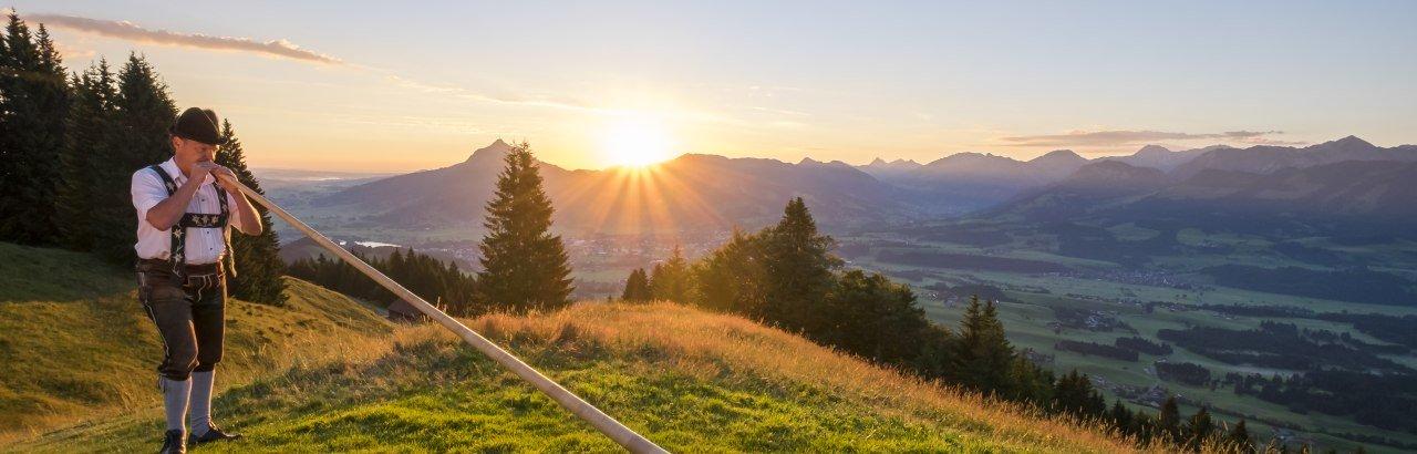 Alphornbläser am Ofterschwanger Horn im Sonnenaufgang © Tourismus Hoernerdoerfer GmbH_@Kappest