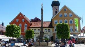 Blick auf Marienplatz, Säule, Verwaltung, Kirchturm im Hintergrund © Stadt Immenstadt