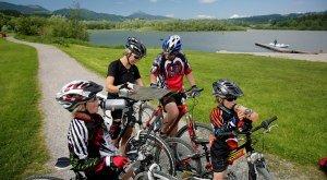 Familie auf Radtour am Grüntensee in Wertach, © Touristinfo Wertach/Peter Ehme