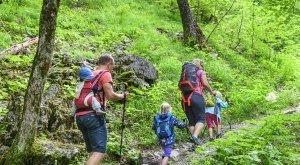 Kinder und Eltern unterwegs in den Allgäuer Bergen © Alexander Rochau
