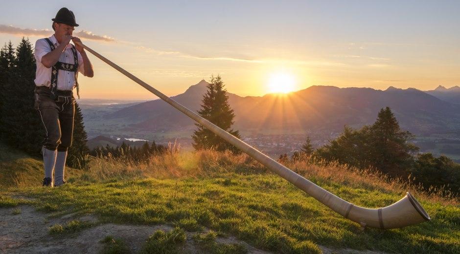 Morgenstimmung mit Alphornklängen am Ofterschwanger Horn © Tourismus Hörnerdörfer GmbH_Hans-Peter Kappest
