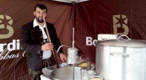 Braumeister Berni beim Bierbrauen © Bernardibräu