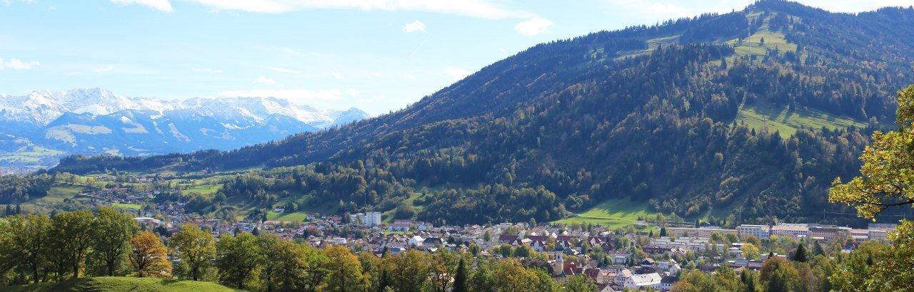 Blick auf Immenstadt von oben, Aussichtspunkt Grählweg, Mittag im Hintergrund © Alpsee Immenstadt Tourismus GmbH