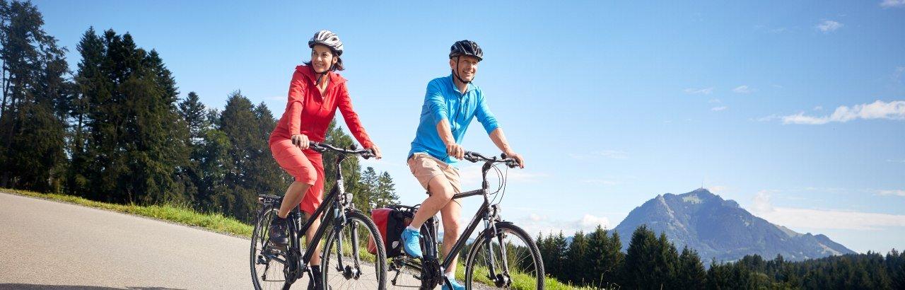 Radfahrer mit Grünten im Hintergrund © Allgäu GmbH