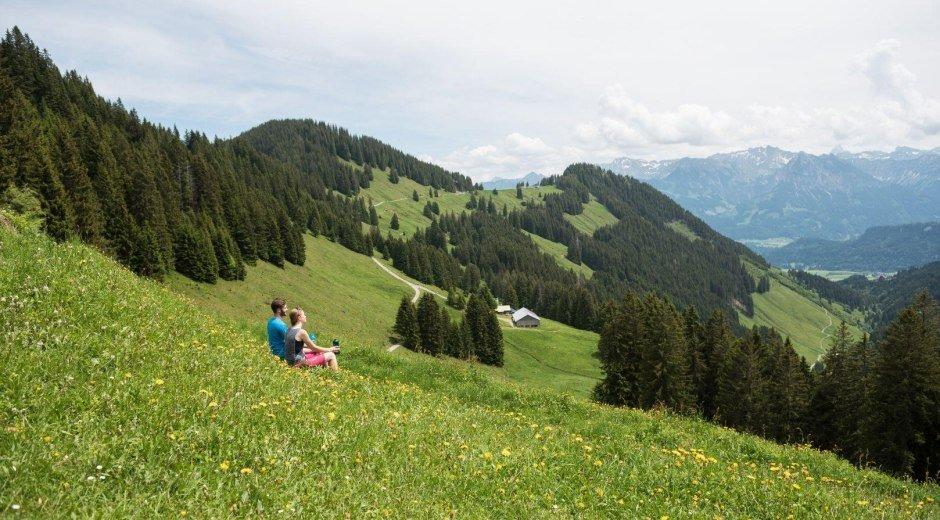 Blick über die Alpe Hinteregg in die Berge © Tourismus Hörnerdörfer - F. Kjer