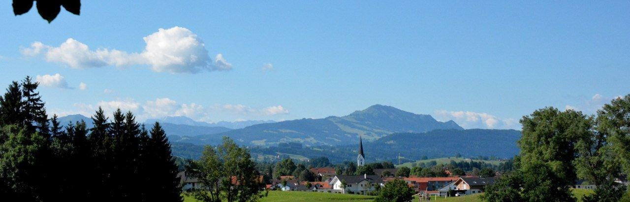 Blick auf die Duracher Pfarrkirche, im Hintergrund der Grünten © Wolfgang Nagelrauf