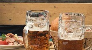 Bierkrüge und Wurstsalat