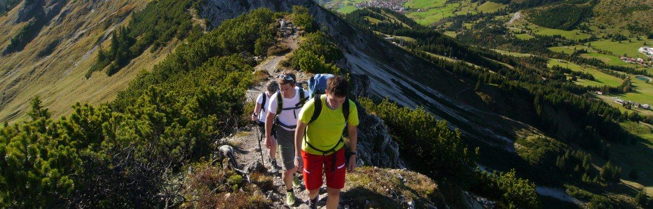 Wanderer unterwegs in den Bergen von Bad Hindelang © Bad Hindelang Tourismus