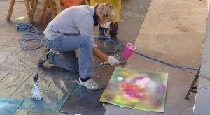 """Experiment mit Sprühfarbe im Lichthof der Kunstakademie beim Kurs """"Zuspiel"""" mit den beiden Düsseldorfer Dozenten Bernd Mechler und Bernard Loikai, © Kunstakademie Allgäu"""
