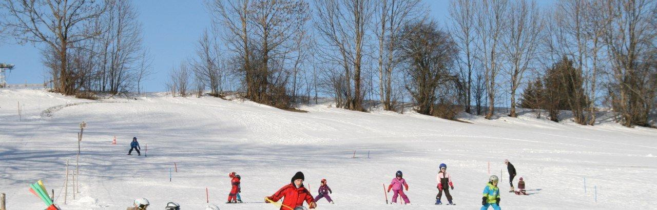 Erste Skiversuche im Schnee am Kinderskilift Moosbach © Markt Sulzberg