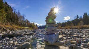 Steinmännle am Rand eines Flusses im Oberallgäu, © Dominic Ultes
