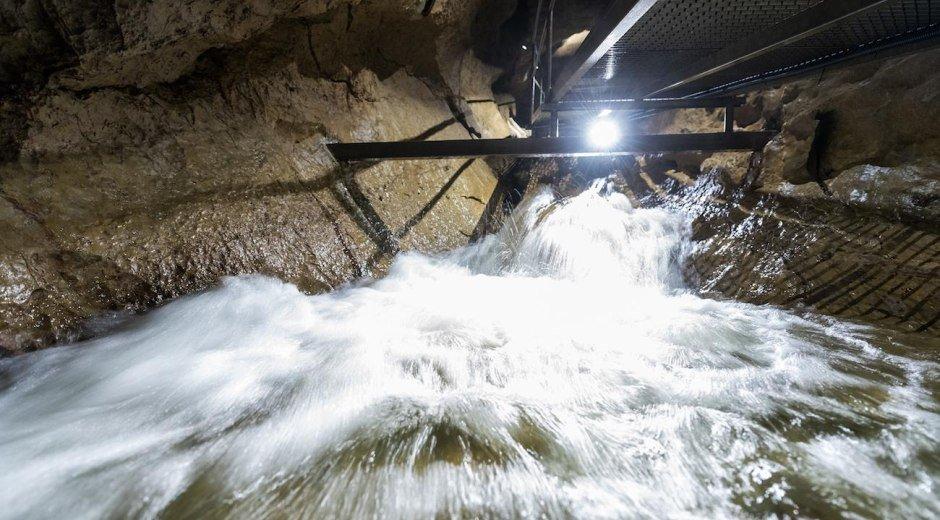 Der Höhlenbach rauscht durch die Höhle © Tourismus Hörnerdörfer, F. Kjer