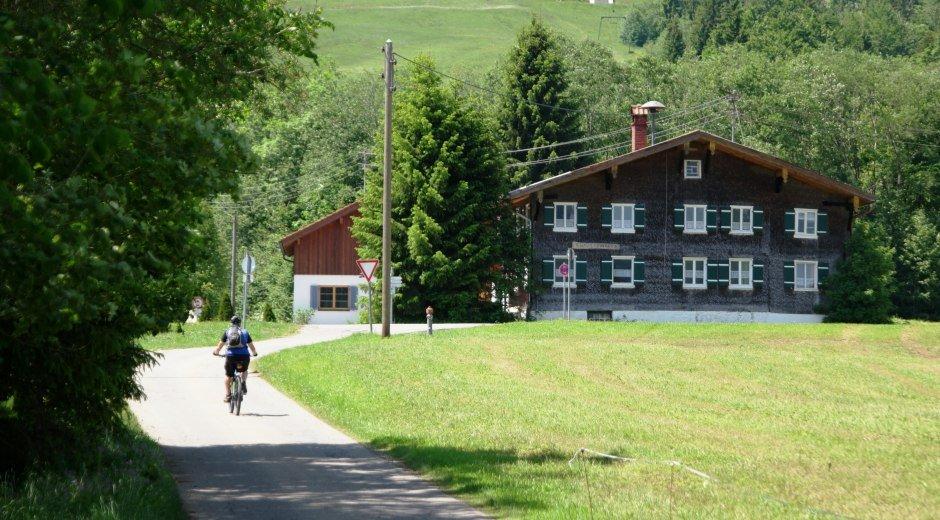 Radfahrer auf dem Fernradweg Wertach © Reinhard Walk