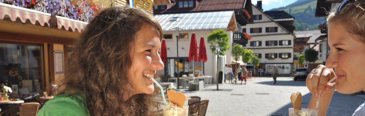 Freundinnen trinken einen Eiscafé © Bad Hindelang Tourismus