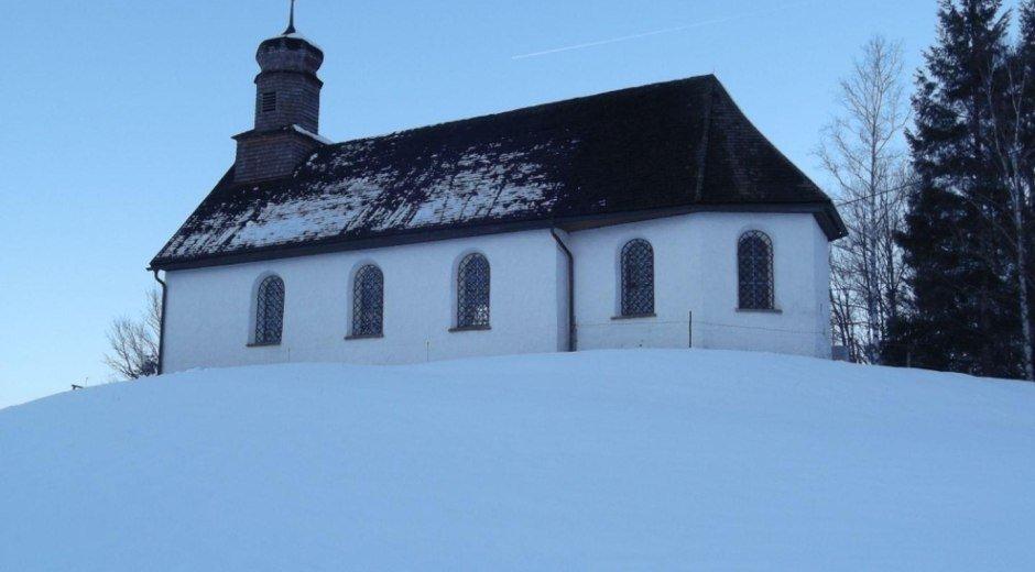 Die Untermühlegger Kapelle auf einer Anhöhe © Tourismus Hörnerdörfer